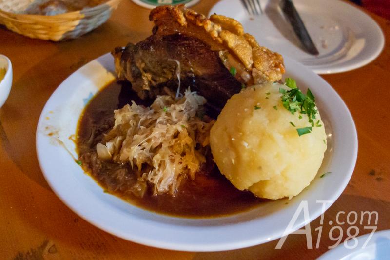Knuspriges Schäuferle in Dunkelbier-Sauce at Hexenhäusle
